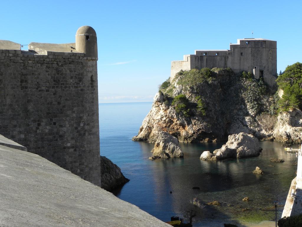 Les remparts, le fort et, entre les deux, une plage