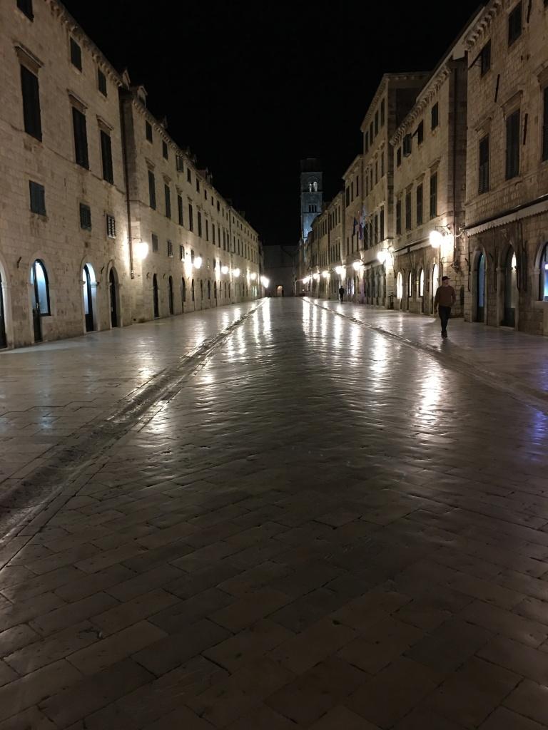 22 heures. Les lumières se reflètent sur le marbre poli du sol